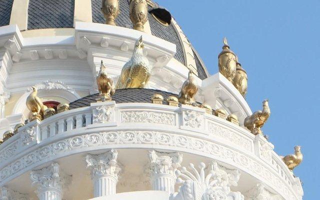 """Có gì bên trong lâu đài gà vàng nổi bật giữa Thủ đô của đại gia Thanh """"sắt""""?"""