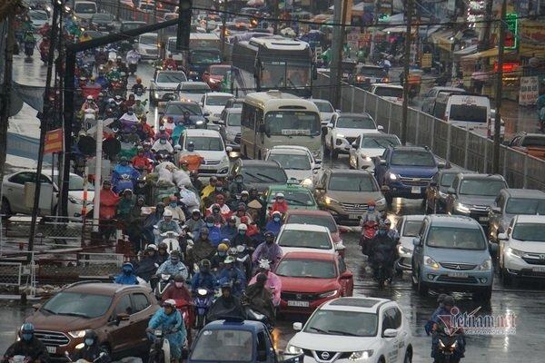 Mưa trắng trời kèm sấm chớp, đường Sài Gòn rối loạn ngày đầu tuần