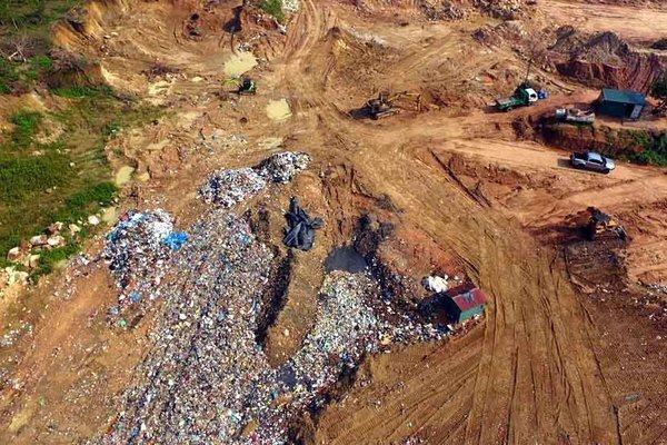 Ngồn ngộn rác đổ tạm trên đỉnh núi ở Vĩnh Phúc