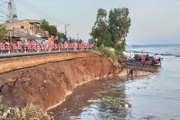 Cả mảng đất lớn sụp xuống sông, dân An Giang dời nhà đi lánh nạn