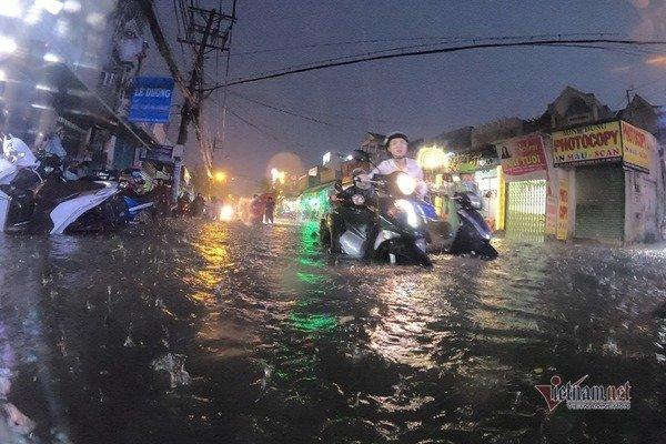 Mưa xối xả cuối buổi chiều, đường Sài Gòn dập dềnh ngập nước