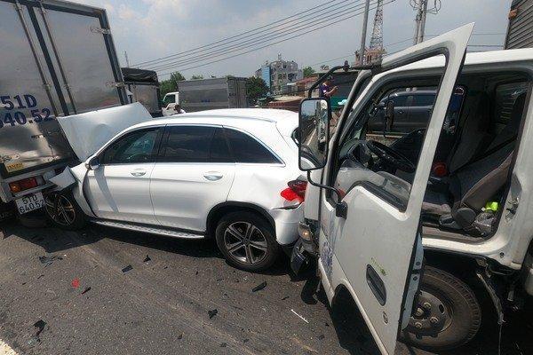 11 ô tô đâm nhau tứ tung, xe Mercedes bị ghim chặt nát đầu và đuôi