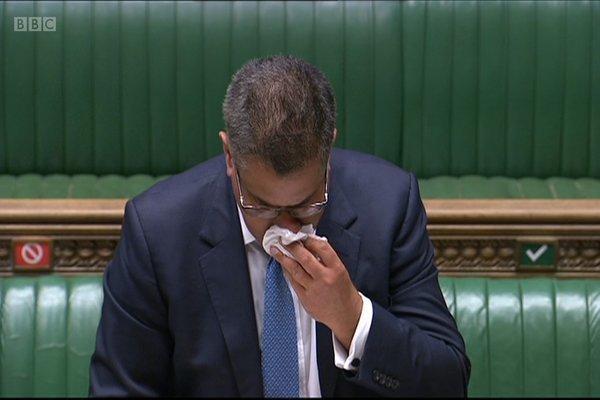 Bộ trưởng Anh vã mồ hôi, khiến nhiều người lo sợ nhiễm Covid-19