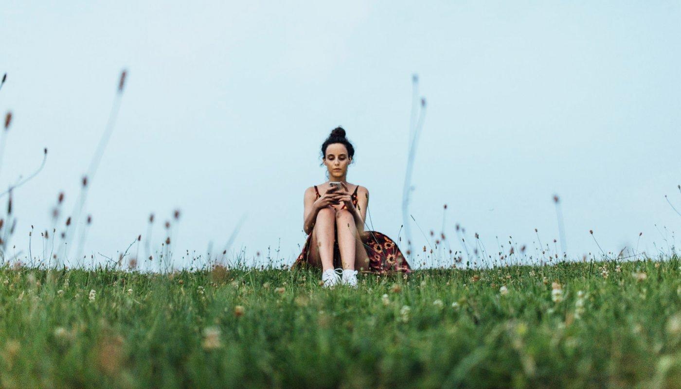 staring-at-phone-grass_h.jpg